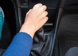 Uso do freio e embreagem para parar o carro