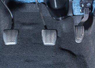 Qual é a ordem dos pedais da embreagem, freio e acelerador?